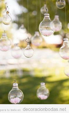 Cientos de bombillas colgadas del aire, decoración de boda en el jardín