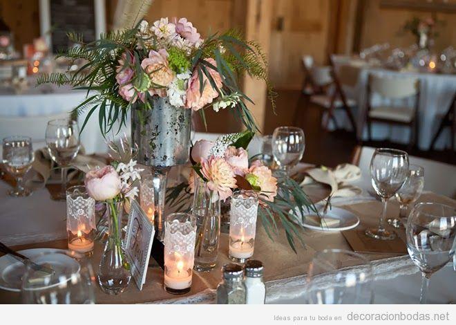 Centro de mesa con plata vieja velas y rosas rojas Decoracin bodas