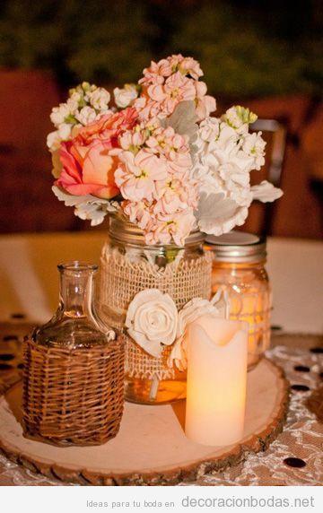 Centro de mesa decorado con mimbre, esparto y flores