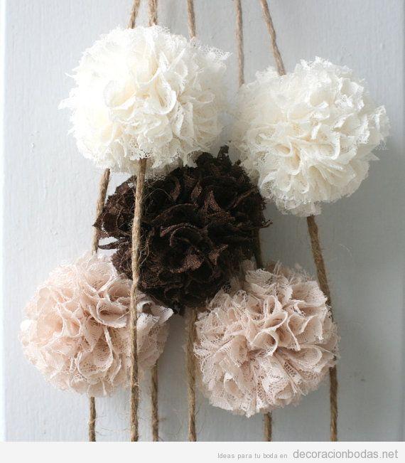 Pompones de tela y encaje, ideal para decorar un salón o un jardín de bodas