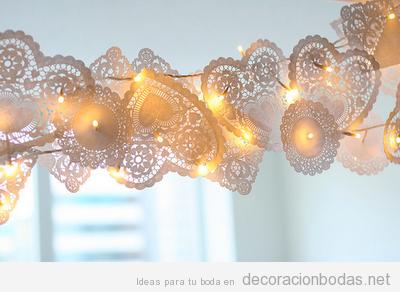 Papelitos de repostería en guirlanda, idea barata para decorar salones de boda