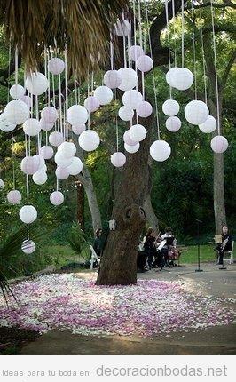 Globos y cintas cayendo de rboles ideas para decorar una for Como decorar un arbol de jardin