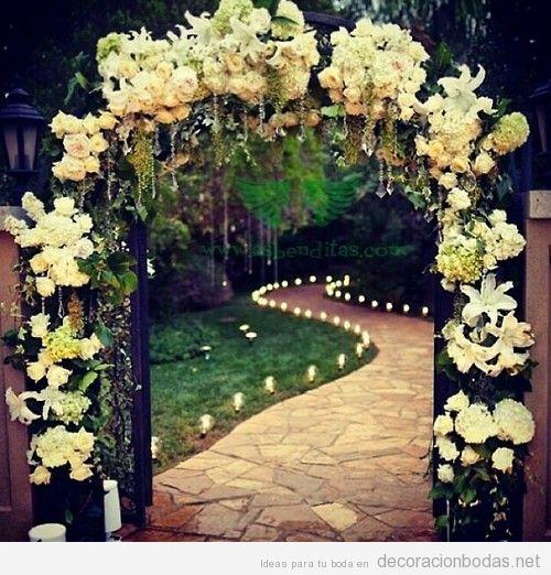 Arco decorado con flores para una boda en el jard n decoraci n bodas - Arreglo de puertas de madera ...
