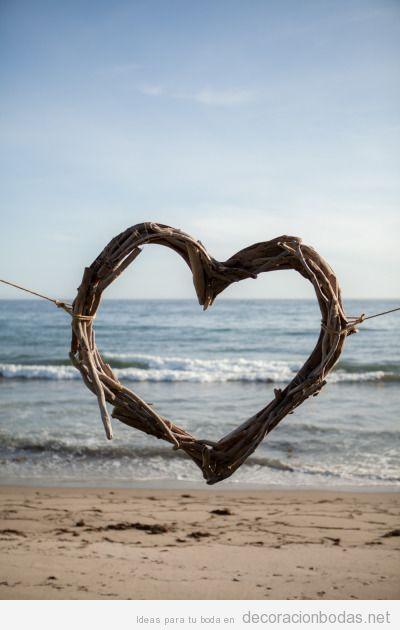 Un corazón hecho con ramitas, ideas para decorar una boda en la playa