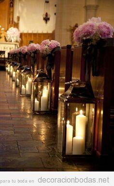 Flores y farolillos con velas, ideas para decorar una iglesia para una boda