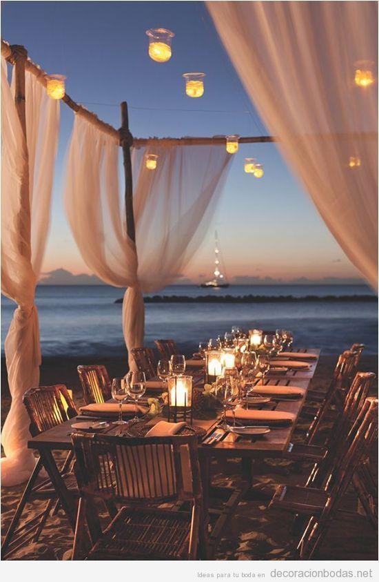 Pequeño banquete para una boda en la playa estillo chill out