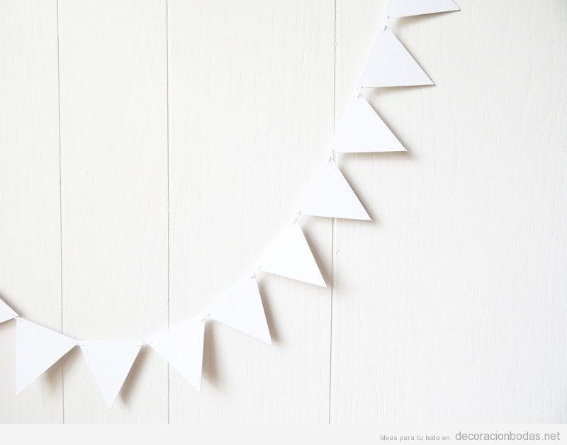 Guirnaldas con triángulos de cartulina blancos, idea DIY para decorar una pared