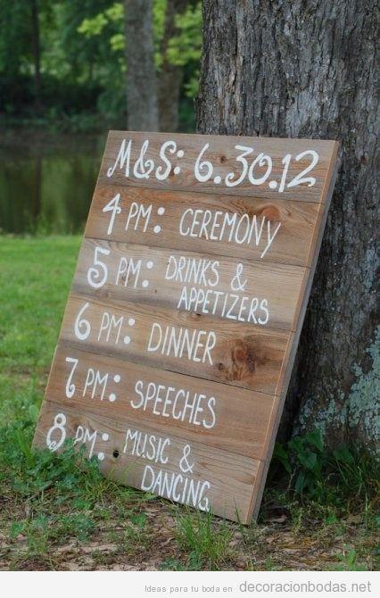Un tablero de madera con el «horario» de tu boda