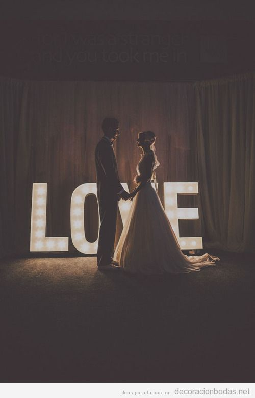 Decoración boda palabra LOVE hecha con bombillas