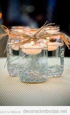 Bote de cristal con vela flotante, ideas para decorar una boda low cost