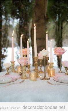 Candelabros dorados y rosas en tono pastel para decorar una mesa de boda