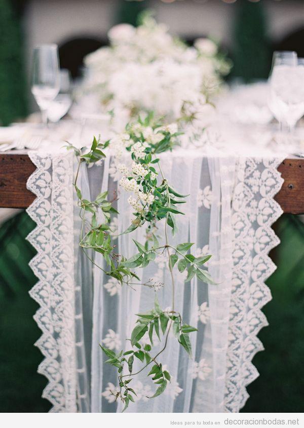 Precioso camino de mesa blanco y con puntilla, idea para decorar una boda