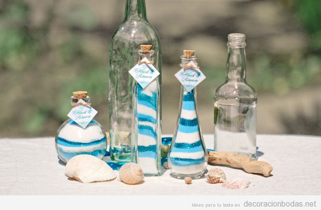 Botellas llenas de arena de colores, ideas para decorar una mesa de boda en la playa