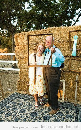 Photo booth deuna boda en una granja, el fondo perfecto para las fotos de tus invitados