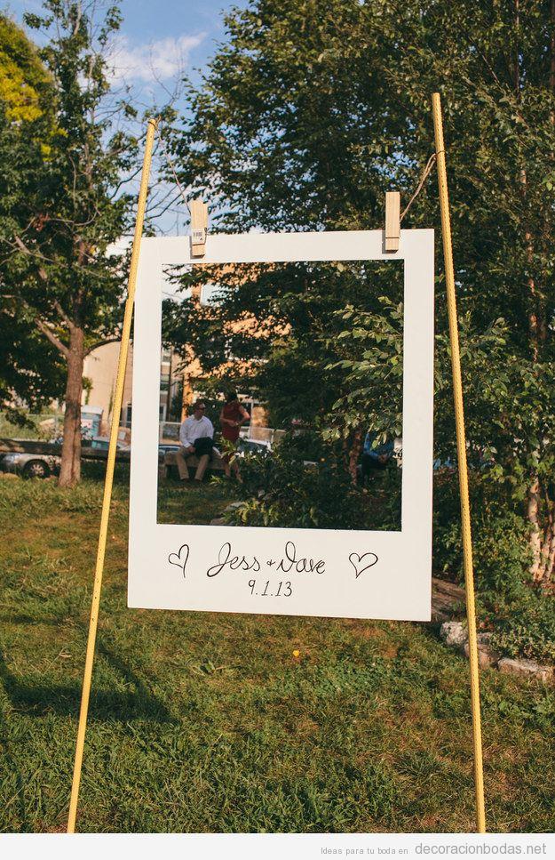 Un gran marco de fotos tipo Polaroid hecho a mano para una boda