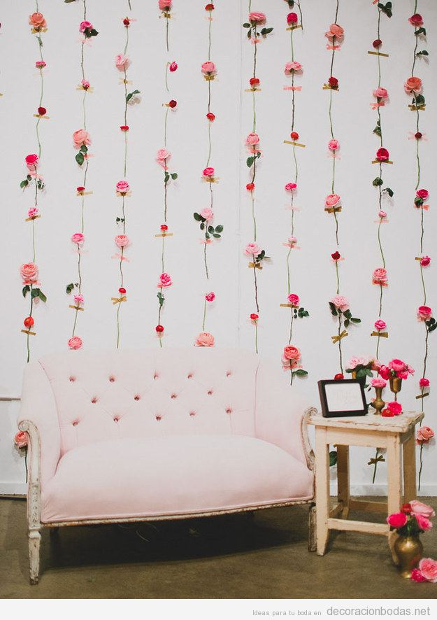Photo booth de cortina de flores, un lugar ideal para las fotos de tus invitados
