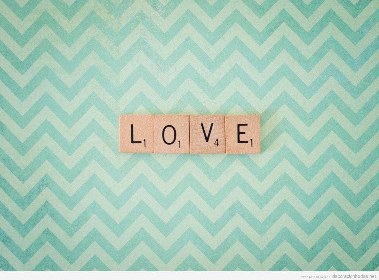 La palabra love con letras de madera del scrabble - Letras scrabble pared ...