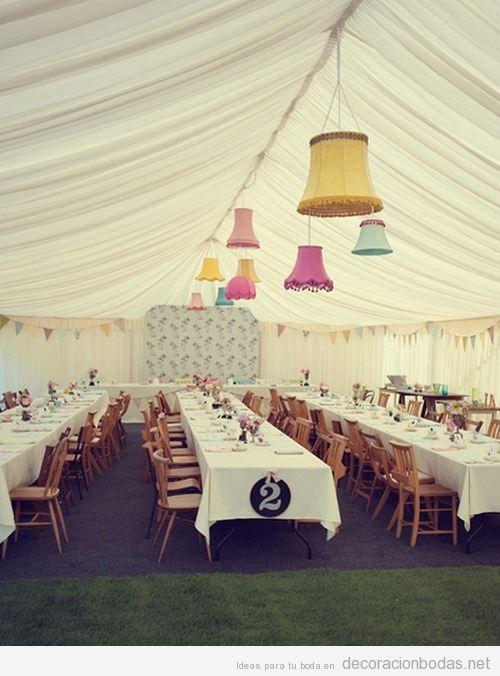 Banquete de boda en una carpa de tela con lámparas vintage de colores