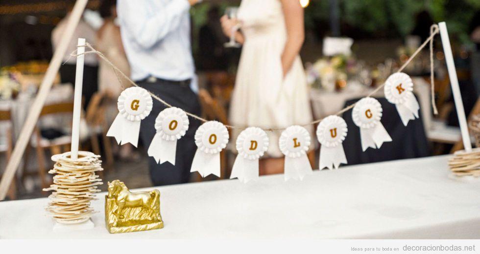 Insignias de papel con las frase «Buena suerte», decoración DIY para bodas