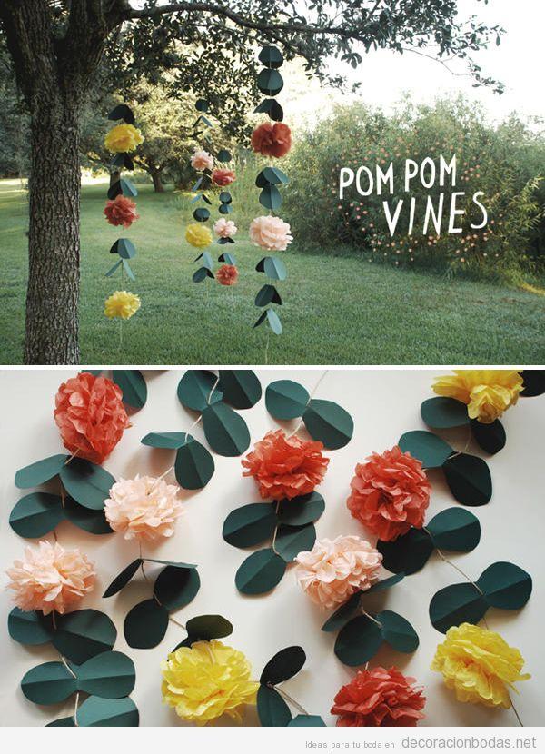 Guirnalda o cortina con pompones de papel y hojas, idea DIY para decorar una boda