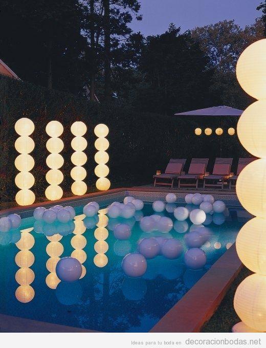 Lámparas de globos de papel en columnas, ideas para decorar una boda en exteriores