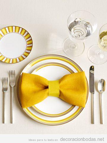 Servilleta amarilla con forma lazo, decoración de una mesa de boda