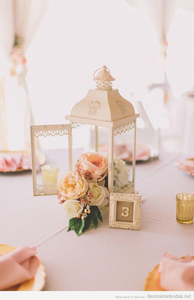 Farolillos de metal llenos de flores, idea para decorar el centro de mesa