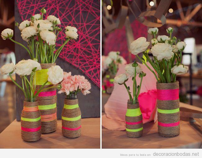 Jarrones DIY con cuerdas de colores llamativos para decorar boda moderna