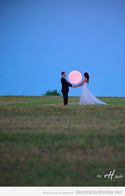 Foto de novios con luna llena