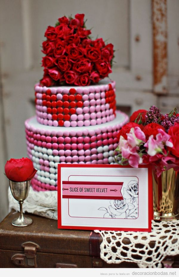 Ideas decorar boda San Valentín con corazones, pastel