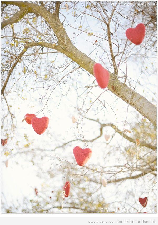 Ideas decorar boda San Valentín con guirnalda de corazones en un árbol