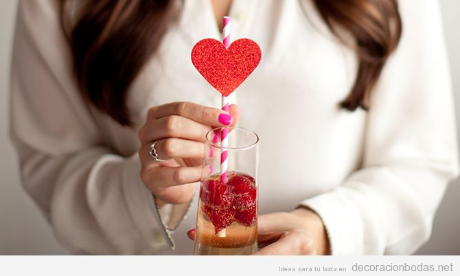 Ideas decorar boda San Valentín con pajitas con corazones