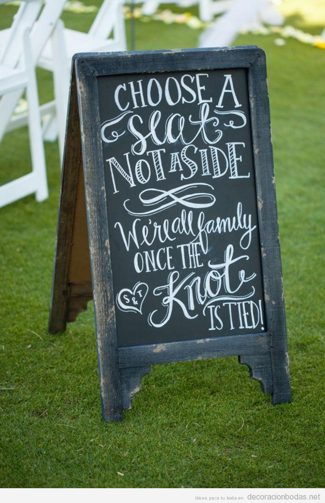 Mensajes escritos a mano con tiza en pizarras para decorar bodas 5