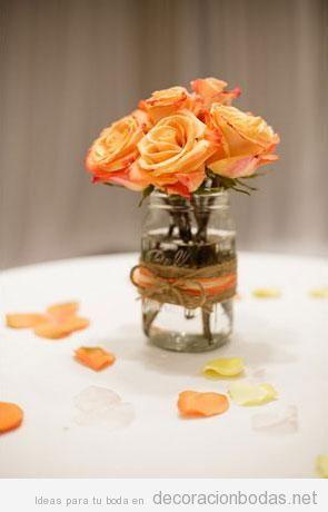 Rosas color naranja para decorar mesa boda