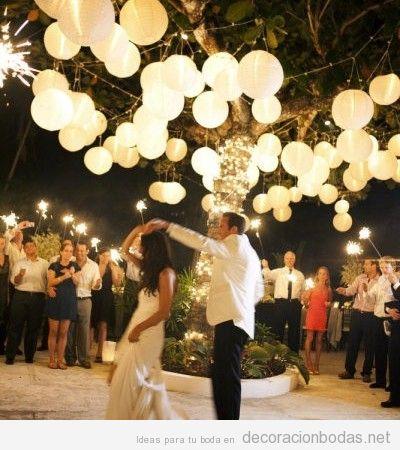 Decoración de boda exterior con luces en globos de papel