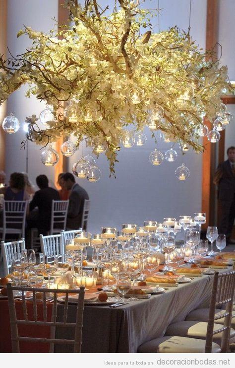 Decoración de boda interior con luces colgando encima mesa