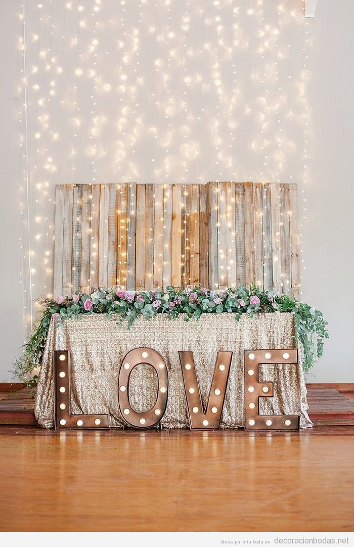 Decoración de boda interior con palabras con luces