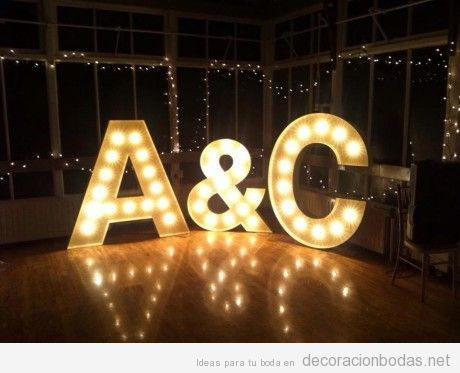 Decoración de boda interior con palabras con luces, iniciales novios