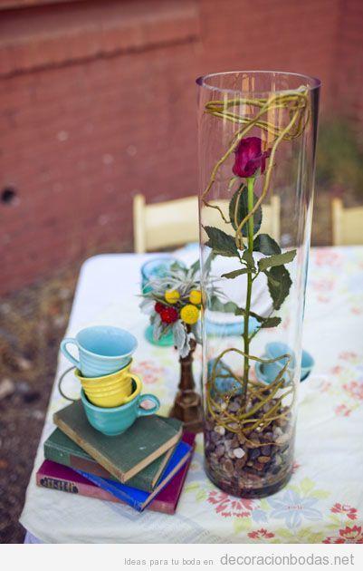 Centro de mesa con rosa y libros para boda La Bella y la Bestia