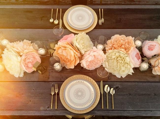 Centro de mesa de bodas con flores de papel