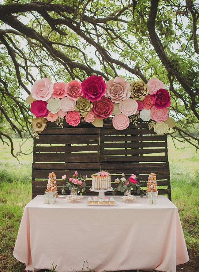 Fondo mesa novios decorada con flores de papel