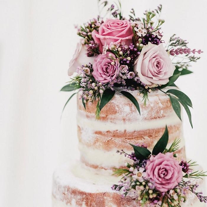 Pastel de bodas decorado con Ceremonia de boda con rosas preservadas