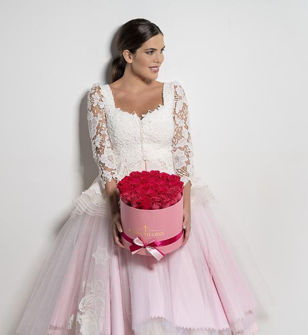 Novia con caja de rosas preservadas