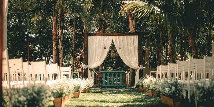 Altar boda en jardín