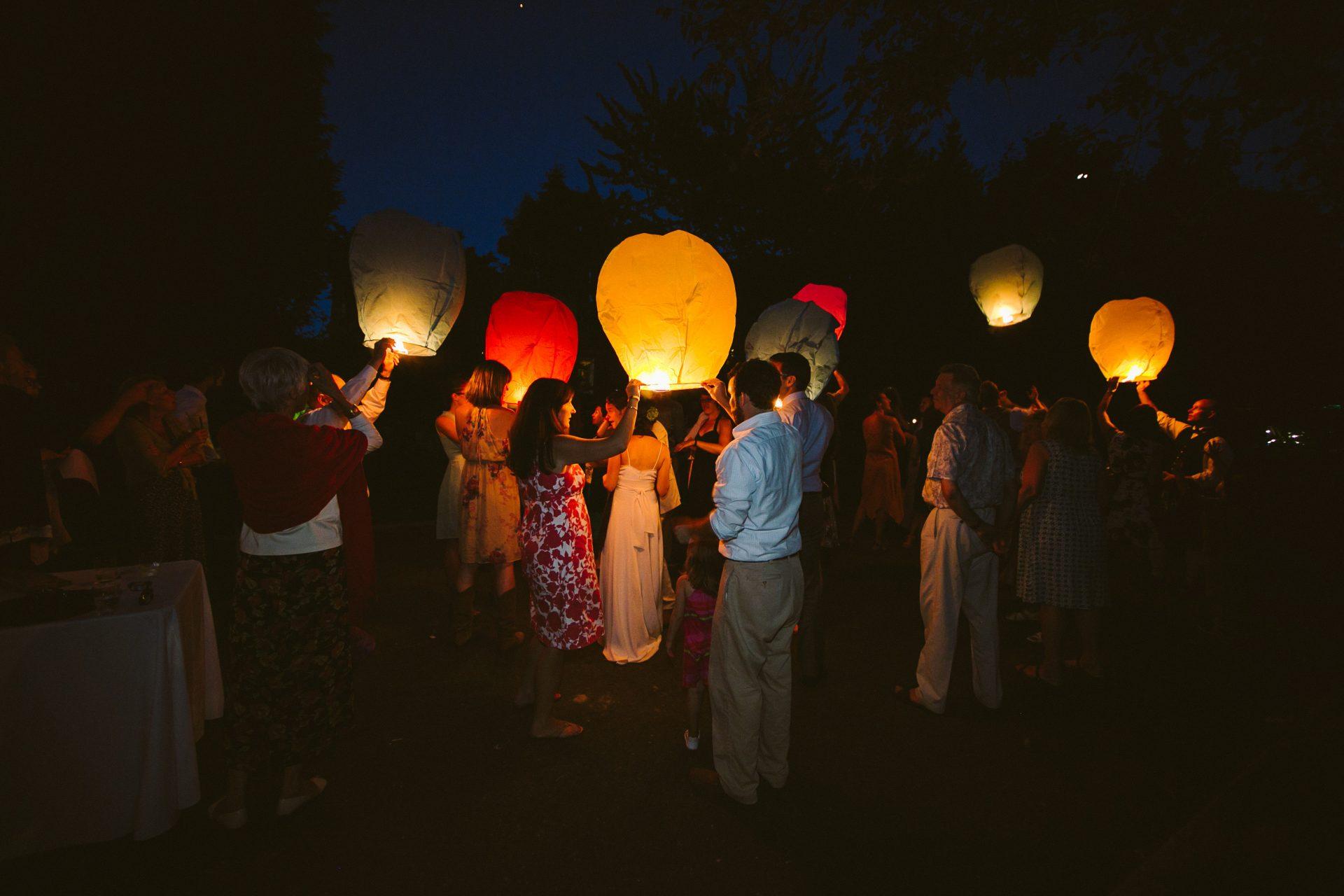 Fiesta boda jardín verano con globos arroz
