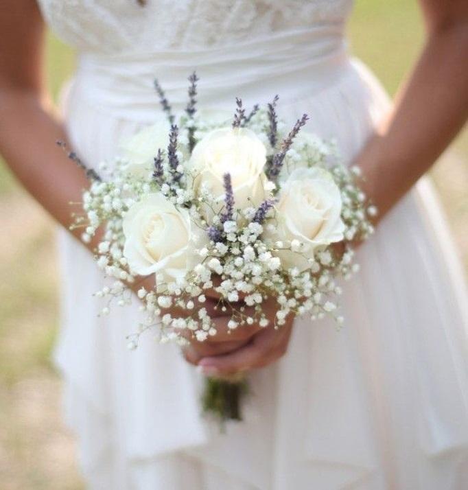 Tendencia en flores para boda 2020, ramo de novia pequeño y blanco