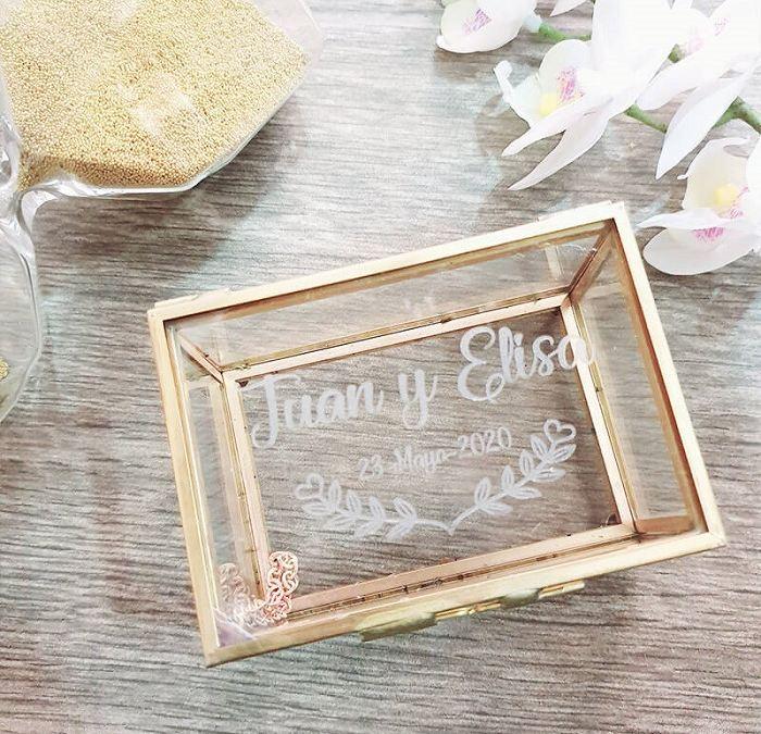 Caja de cristal para llevar las arras personalizada