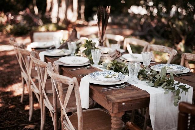 Decoración mesa de boda boho chic con camino de mesa