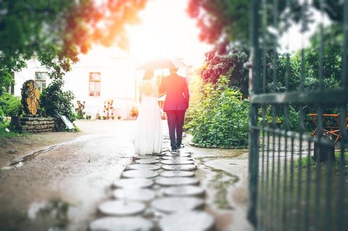 Pareja de novios en una boda en el jardín