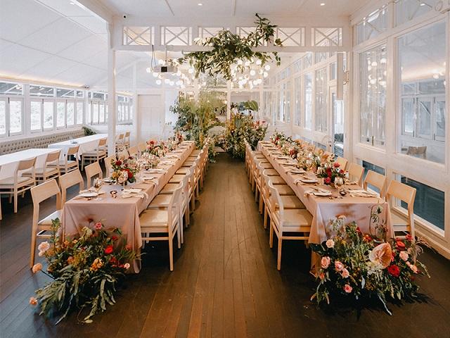 Mesa de boda con mantel rosa palo